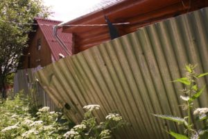 Мой сосед пристроил свою деревянную веранду вплотную к моему забору, какие меры я могу предпринять?