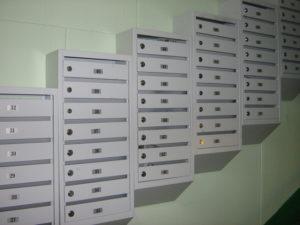 Кто должен ремонтировать сломанный замок железного почтового ящика, установленного в подъезде?