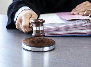 Кто оплачивает услуги адвоката после судебного решения?