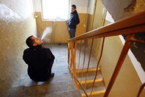 Можно ли курить около окон жилого дома
