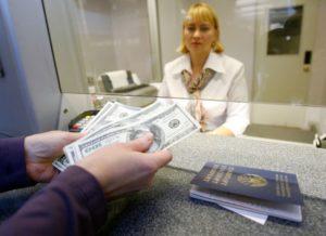 С какого возраста можно менять валюту в банке?