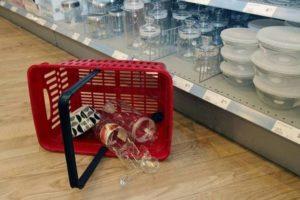 Обязан ли продавец снимать с витрины товар который закончился?