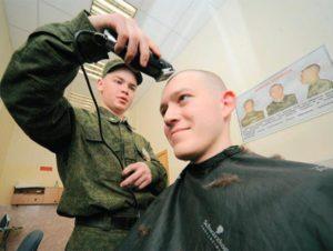 А если девушка по собственному желанию идёт в армию, её тоже стригут налысо?