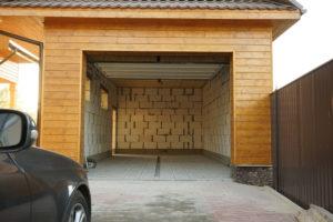 Увеличили площадь гаража, удлинив на 2м, теперь ворота на одной линии с соседским гаражом.